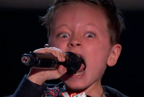 niño cantando acdc